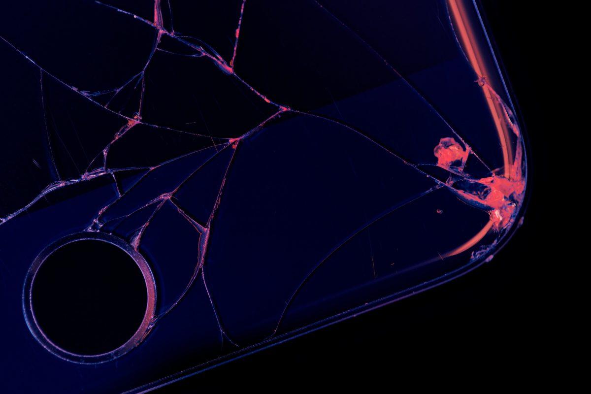 foto de um celular com a tela quebrada