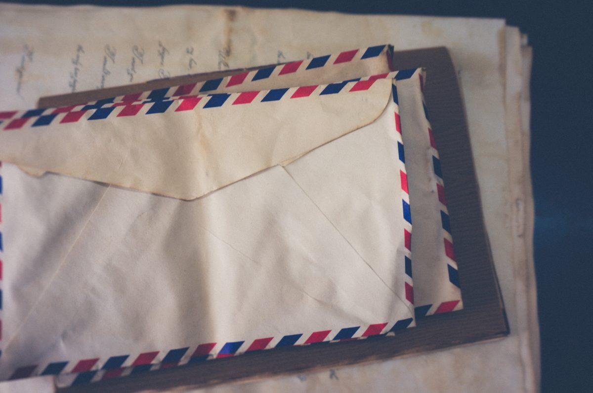 foto de envelopes de cartas do correio, para simbolizar o GMail como ilustração