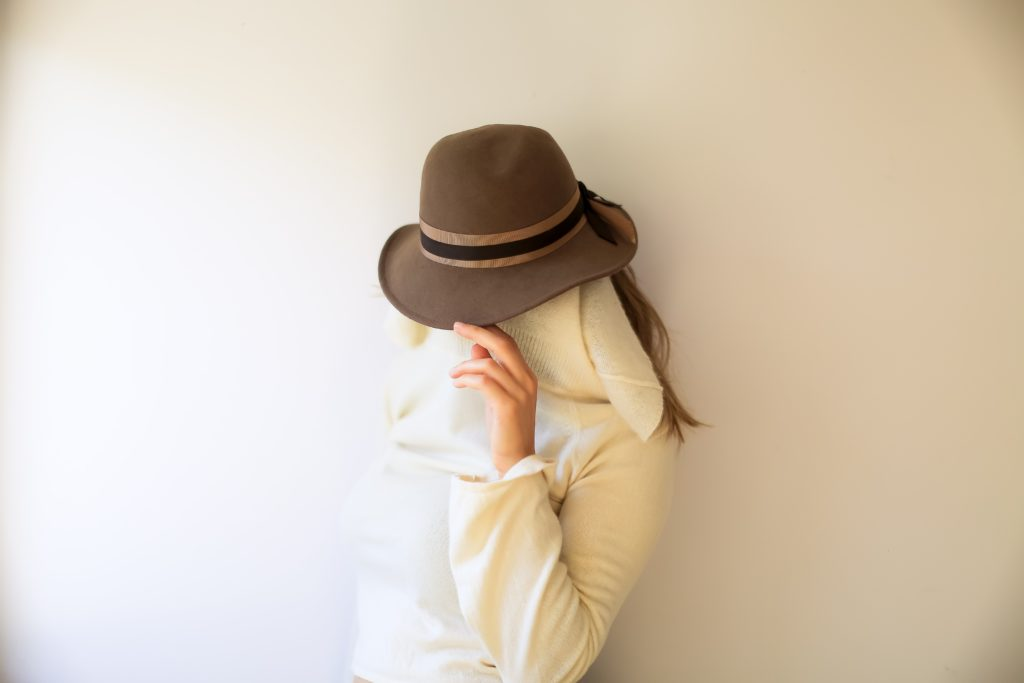 A mesma modelo da foto anterior agora se disfarça com lenço e chapéu