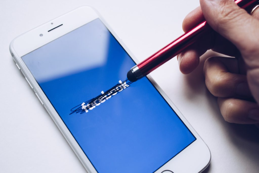 logo do Facebook rabiscado, ou rasurado.